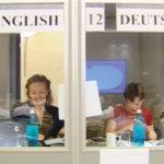 Zwei Dolmetscherinnen an ihrem Arbeitsplatz in der Dolmetschkabine