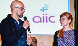 Conrado Portugal, Nachwuchsreferent AIIC Deutschland, würdigt die Preisträgerin.